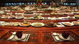"""直徑16.8米的桌子擺了1088道""""硬菜"""",桌子面積比您家房子還要大"""