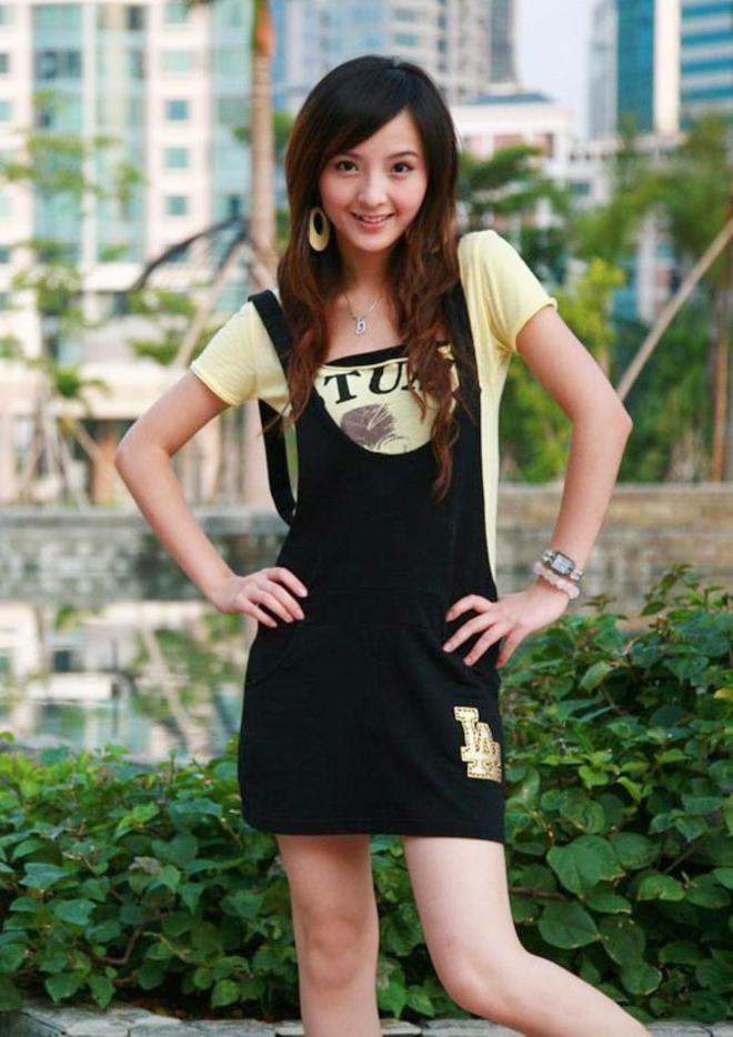小智圖說-在庭院裡閒逛遊玩的長髮氣質女孩和林邊穿粉衫的美女!