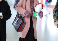 唐嫣太適合粉色了,一襲粉色長裙甜美動人,35歲少女感滿滿