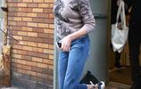 查理茲·塞隆紐約錄節目,牛仔七分褲搭小白鞋,減齡又顯大長腿