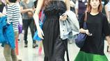 熊黛林一襲黑色吊帶長裙現身機場,網友:這身高無敵了,鶴立雞群的感覺