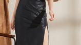 自帶時尚造型的開叉小皮裙,無論怎麼穿搭都會讓你很出挑