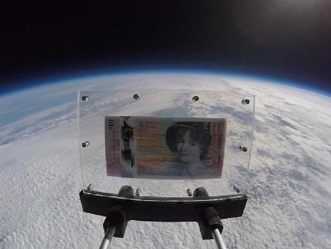 這張鈔票被送上3萬8千米高空 只為紀念票面上的她