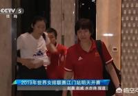 新聞發佈會前,朱婷露腹肌被拍急放下衣服引熱議,球迷喊話國足慚愧不,對此你怎麼看?