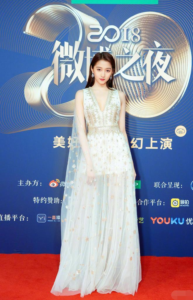 同樣高高瘦瘦的唐嫣Angelababy關曉彤,誰的腿更好看,誰又更美呢
