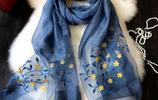 又厚又重的圍巾別再戴了,當下流行真絲刺繡絲巾,高端精美夠洋氣