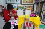 90後單腿女子做刺繡帶領殘疾女致富,快手直播使工藝品銷往全國