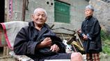 91歲偏癱老兵收養殘疾女孩,兩人只能靠撿破爛為生