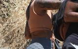 艾波·羅斯穿著緊身衣褲,駕駛著狂野的三輪車