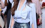 鄭秀妍:身穿紫羅蘭色緞面襯衫,搭配高腰長褲,看起來幹練又美絕
