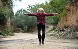 85歲老太太,大山裡喝泉水採草藥,每天蹦跳幾百次