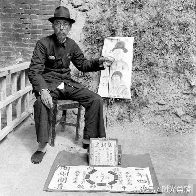 上世紀40年代,臨潼街頭一算命先生的測算過程,看起來很專業啊,有的道具不知道做什麼用的