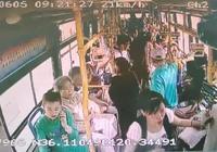 """點贊!老人公交車上突發心臟病,青島378路""""與死神賽跑"""""""