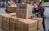實拍中越口岸那些來中國拉貨的越南女人,一人推上千斤貨物回越南