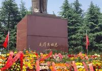 許多遊客在韶山紛紛向偉人銅像敬獻花籃