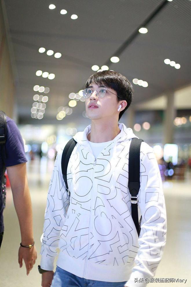 許魏洲簡約穿搭時尚減齡,機場獲粉絲隨性跟拍展露清爽笑容