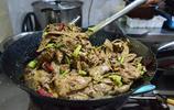 河南小夥賣烙饃卷羊雜,這吃法在當地流行30年,很多人沒嘗過