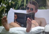 提前學習?德里赫特度假期間被拍到閱讀德佩自傳