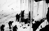 老照片:修築新疆獨庫公路罕見照曝光,圖5士兵用鐵錘撬開大石塊