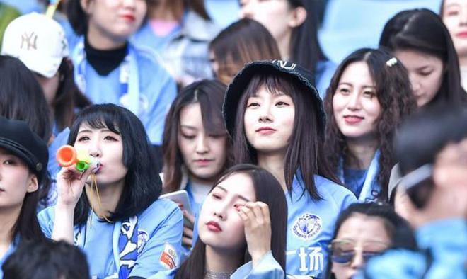 許多大連美女球迷現場觀看中超第六輪大連一方與重慶斯威的比賽