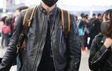 魏晨皮衣黑褲自推行李現身虹橋火車站 口罩遮面獲迷妹一路跟拍人氣旺