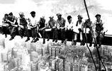 老照片:1930年修建帝國大廈實拍,圖1工人高空耍酷令人直冒冷汗