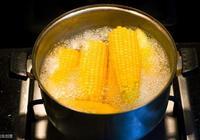 水煮玉米時,先煮還是先剝?教你這樣做,玉米鮮嫩又香甜