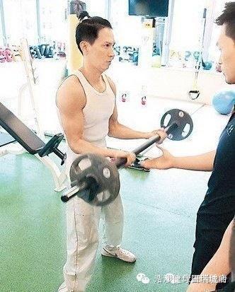 張家輝的肌肉是怎麼樣練成的?