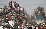 印度火車脫軌的慘烈現場照