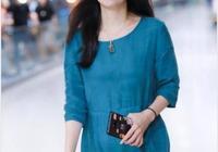 小陶虹機場造型很驚豔!一襲藍裙優雅又減齡,47歲減齡如27歲