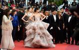 戴安娜·彭蒂現身戛納紅毯,精緻妝容復古優雅,抹胸禮服十分高級