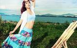 小智圖說-穿漂亮藍色花裙,在藍色海邊寫生繪畫的氣質長腿美女!