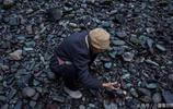 農村八旬老人蹲在河邊撿石頭賣 每天掙不到一百