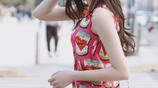 迪麗 一抹紅色印花連衣裙搭配粉色手袋,優雅大方又不失清新柔美