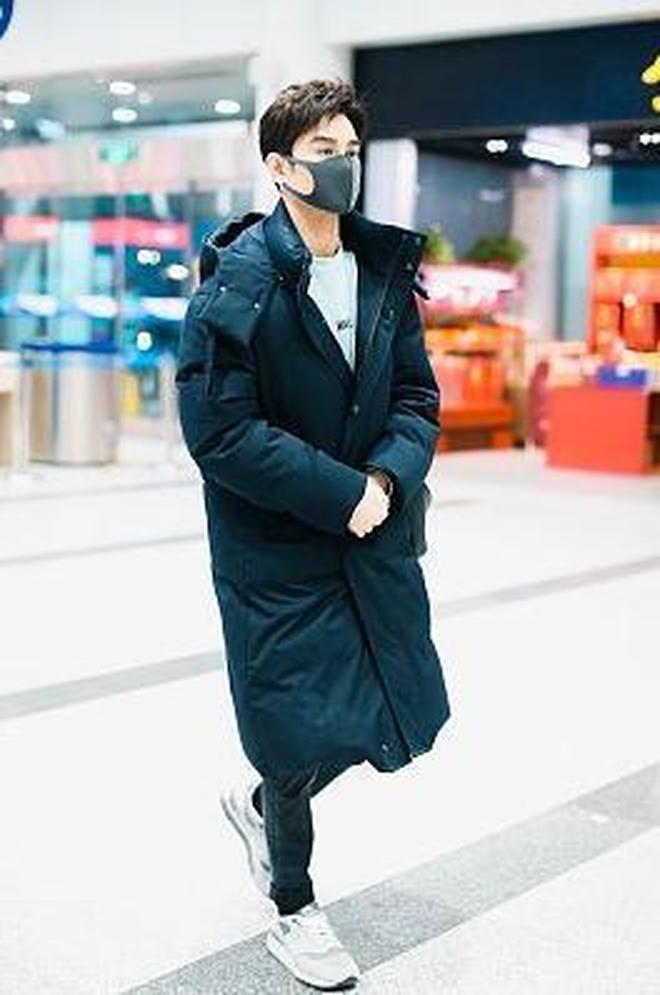 王凱厲害了,1萬4的潮包也能背出公文包既視感,不愧被叫做老幹部