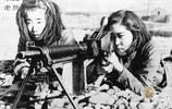 二戰老照片:柏林城破後廢墟上的老人、日本少女練習射擊抵抗美軍