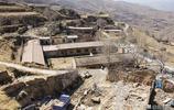 青海有一個小村莊只剩下一戶人家,站在山頂可看到大城市