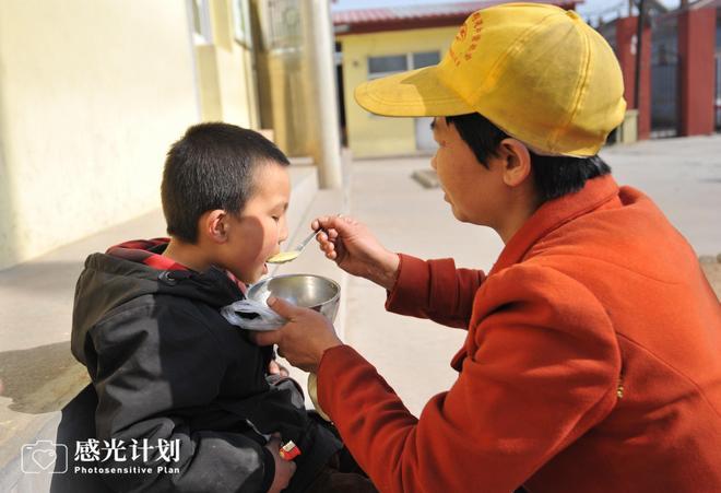 精神病媽媽3年風雨無阻每日端飯到課堂,兒子說:我絕不會嫌棄你