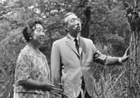 老照片:日本昭和天皇死亡前後,老年人與青年人表現大不同