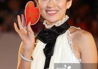 章子怡早期紅毯照,白色蕾絲高領長禮服,丸子頭盡顯甜美可愛!