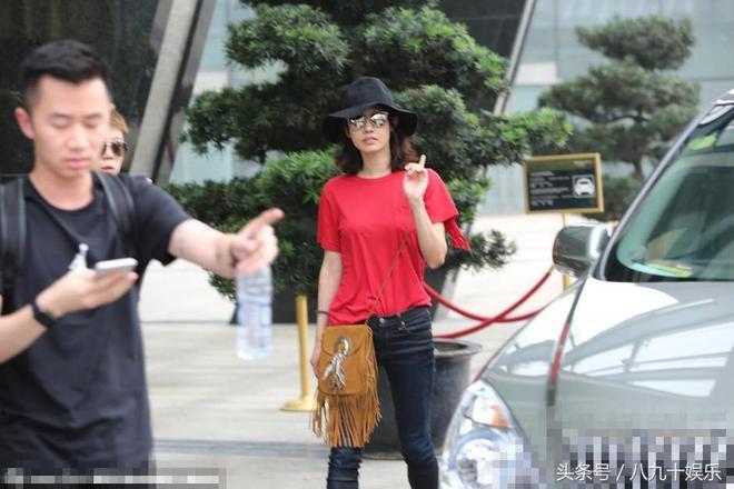 白百何戴大簷帽遮素顏現身心情靚 穿紅T恤顯喜慶