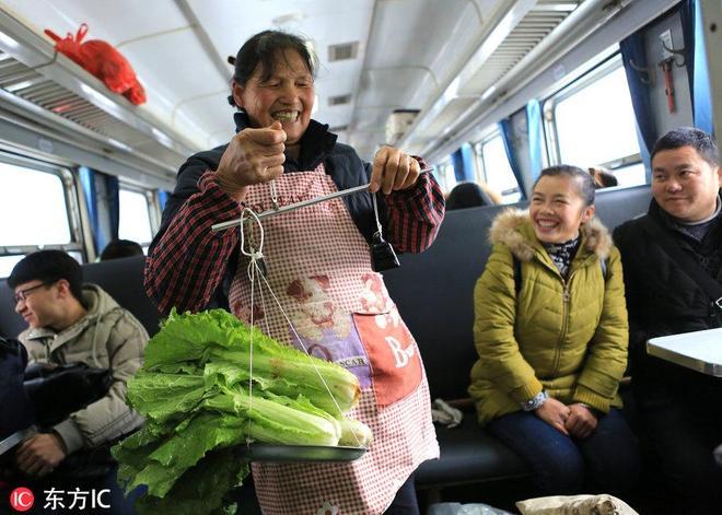 國內最便宜的火車:乘客賣菜殺雞像趕集,今年春運不停開!