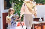 亞歷桑德拉·安布羅休和兒子一起買花,淺色短版衛衣,滿滿少女感