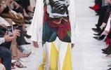 Valentino時裝系列只有穿著者才知道印在衣服裡的詩集十分精美