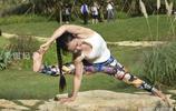 女子公園練瑜伽,美體讓人看呆了