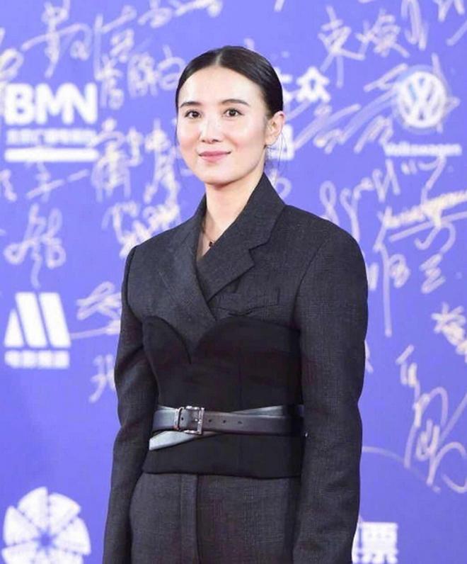 北京電影節女星無修圖曝光,熱巴ab楊紫都比不過24歲的她嬌俏動人