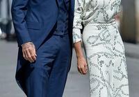 """46歲貝嫂和老公參加婚禮,穿""""梅根同款""""白裙,卻被新娘捧花搶鏡"""
