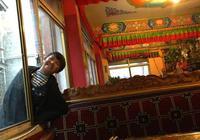 拉薩只有藏族小姑娘陪我喝茶聊天,想不到今天喝到一半她突然