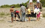 村民圍攻五米長水蛇,女子先勸再買要求放生,村民就是不買賬