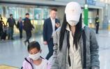 李小璐現身機場,口罩遮面保護女兒,乖巧甜馨惹人心疼